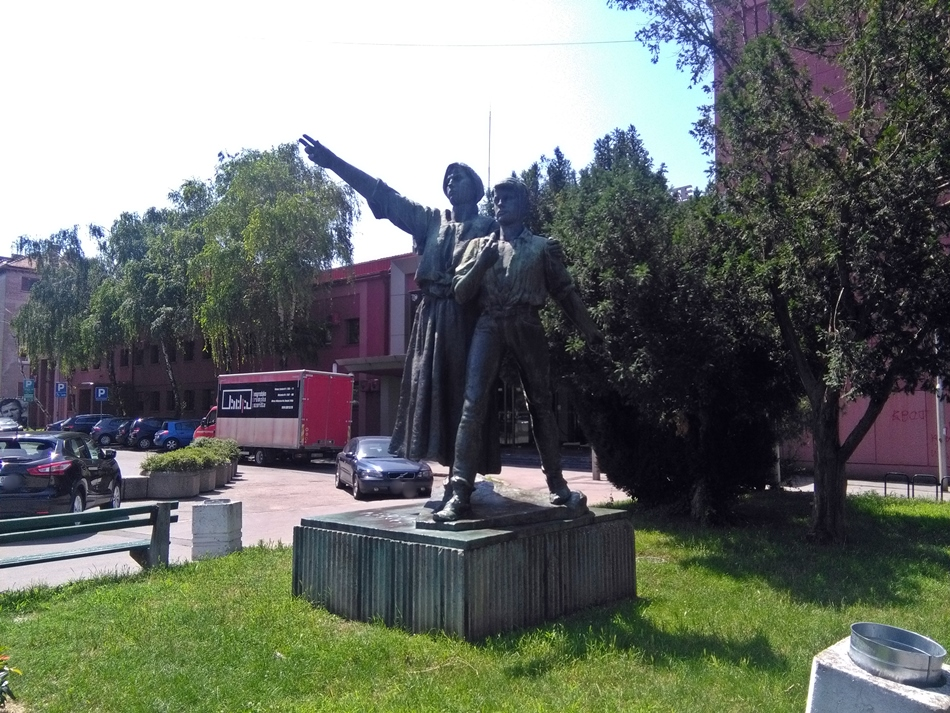 Skulptura ispred Beogradskog Dramskog pozorišta
