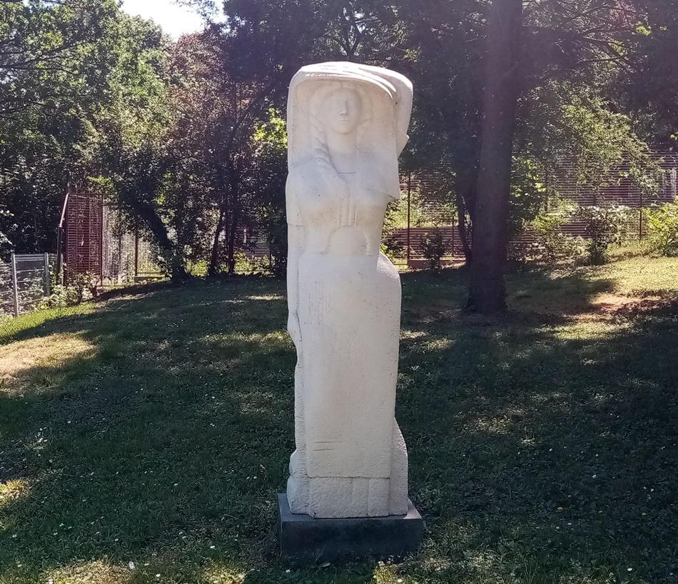 Skulptura Žena u makedonskoj narodnoj nošnji – Biljana
