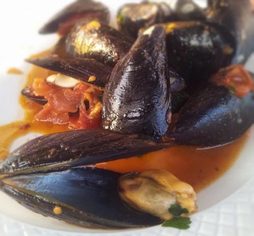 Fresh Gaeta mussels with garlic and chili