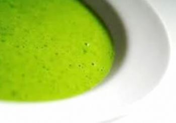 Creamy pea and mint soup