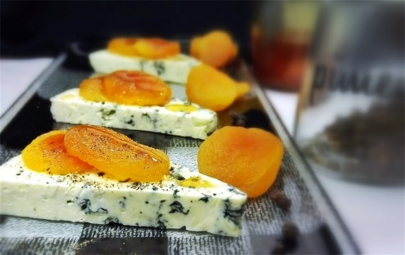 Gorgonzola with honey and apricot