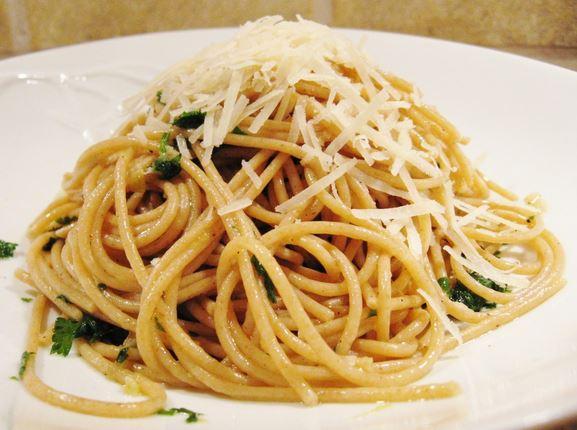 Whole wheat spaghetti with lemon and parsley