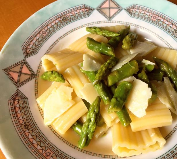 Rigatoni pasta salad with asparagus and Parmesan