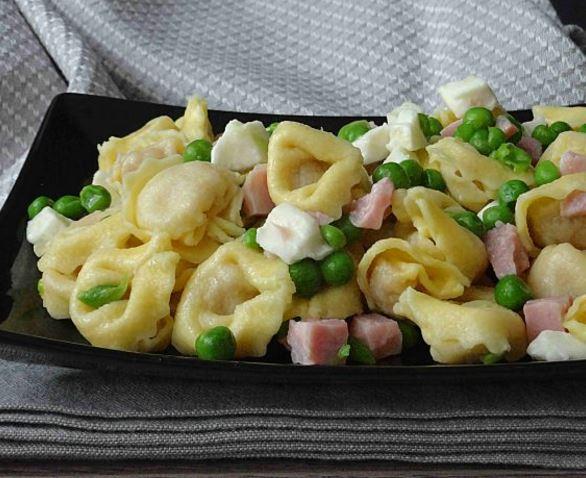 Tortelloni salad with peas and ham