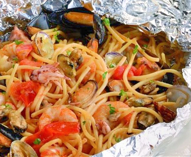 Foil-baked spaghetti with seafood