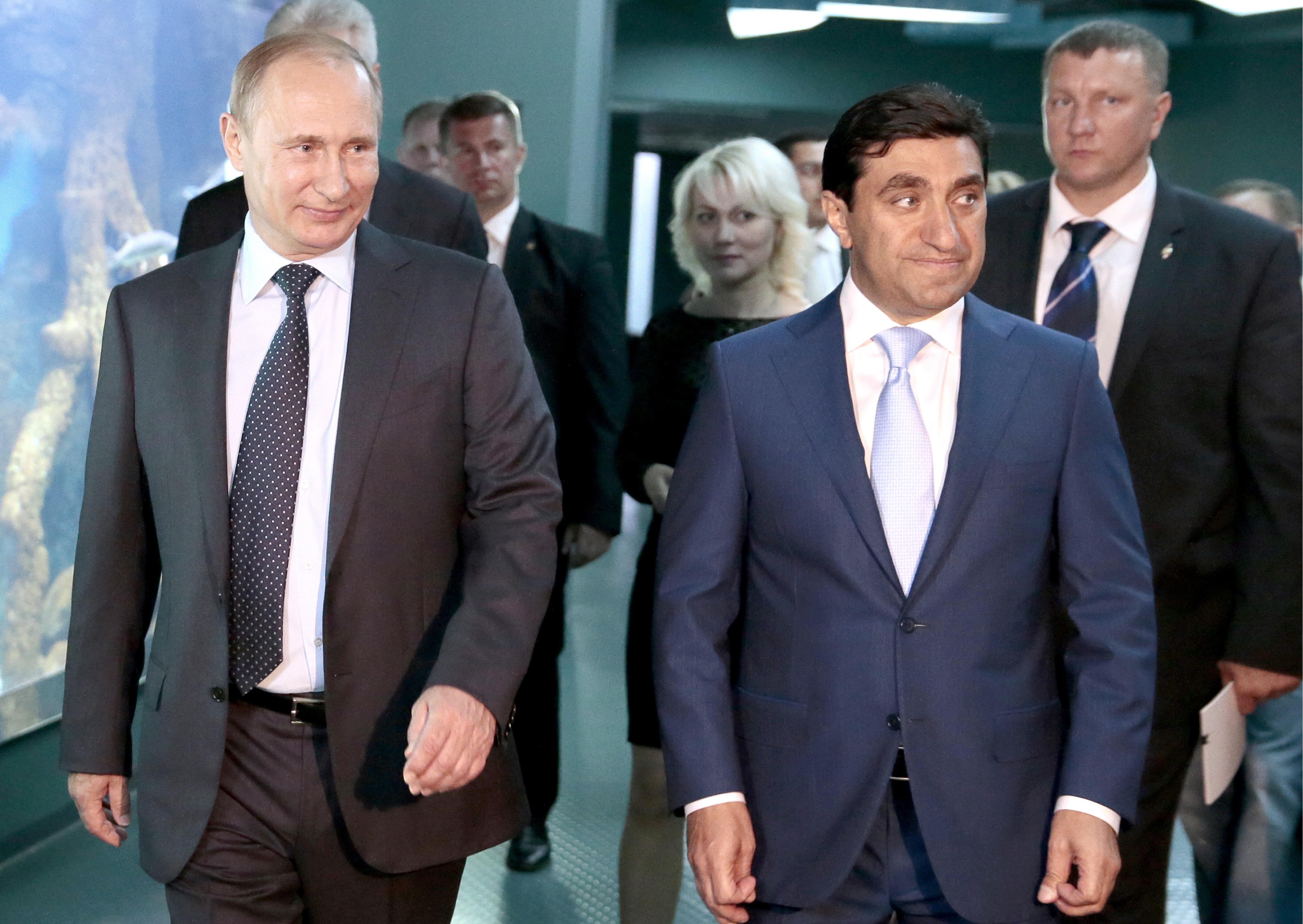Moscow, Russia. 4th Aug, 2015. Russia's President Vladimir Putin and entrepreneur God Nisanov (L-R front), chairman of the Board of Directors at Kievskaya Ploshchad (Kiev Square), Moskvarium project investor, visit the new Moskvarium Oceanography and Mari