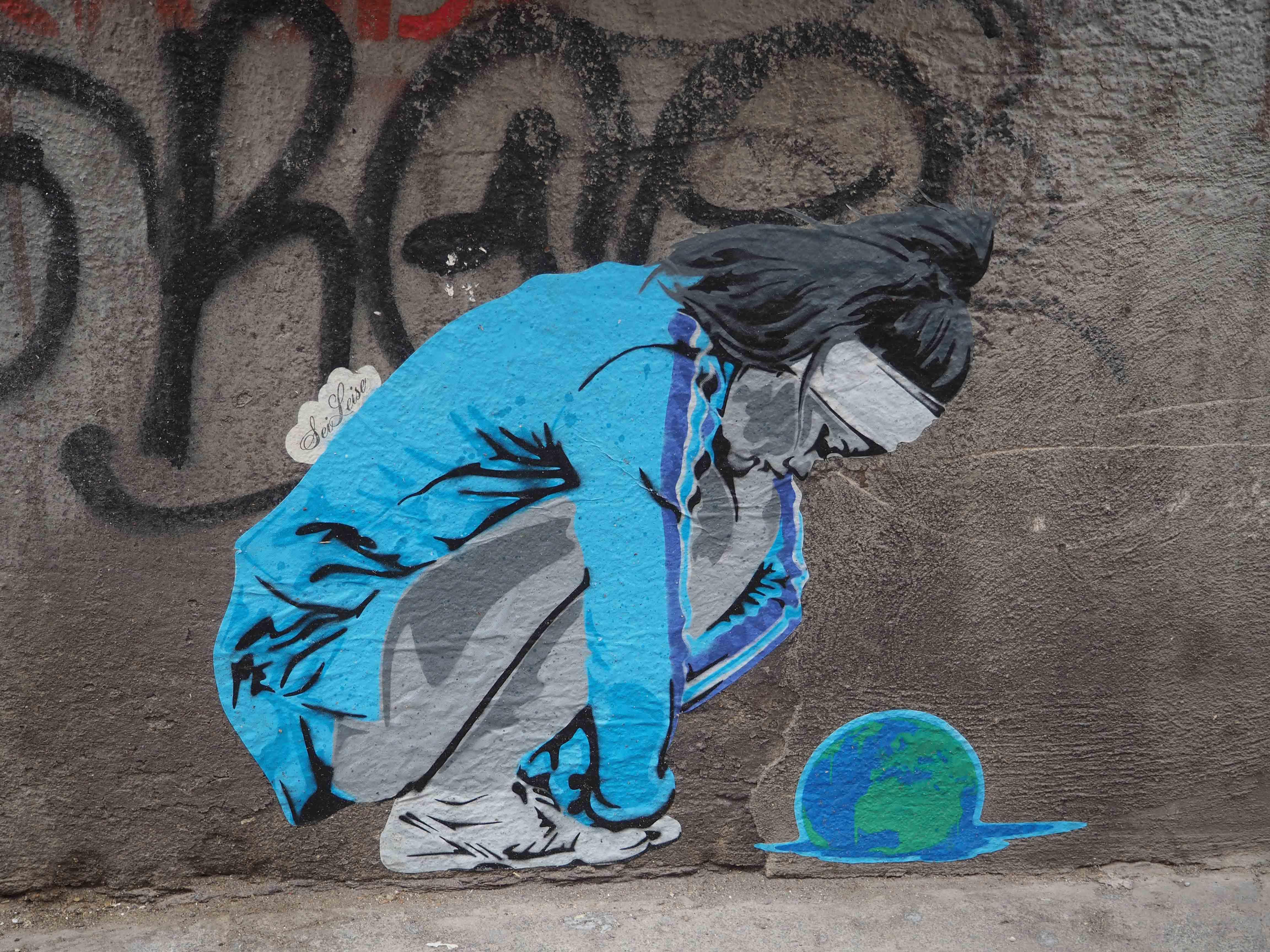 Sei Leise zeigt eine junge Frau im Sportdress vor einer zerschmilzenden Erdkugel