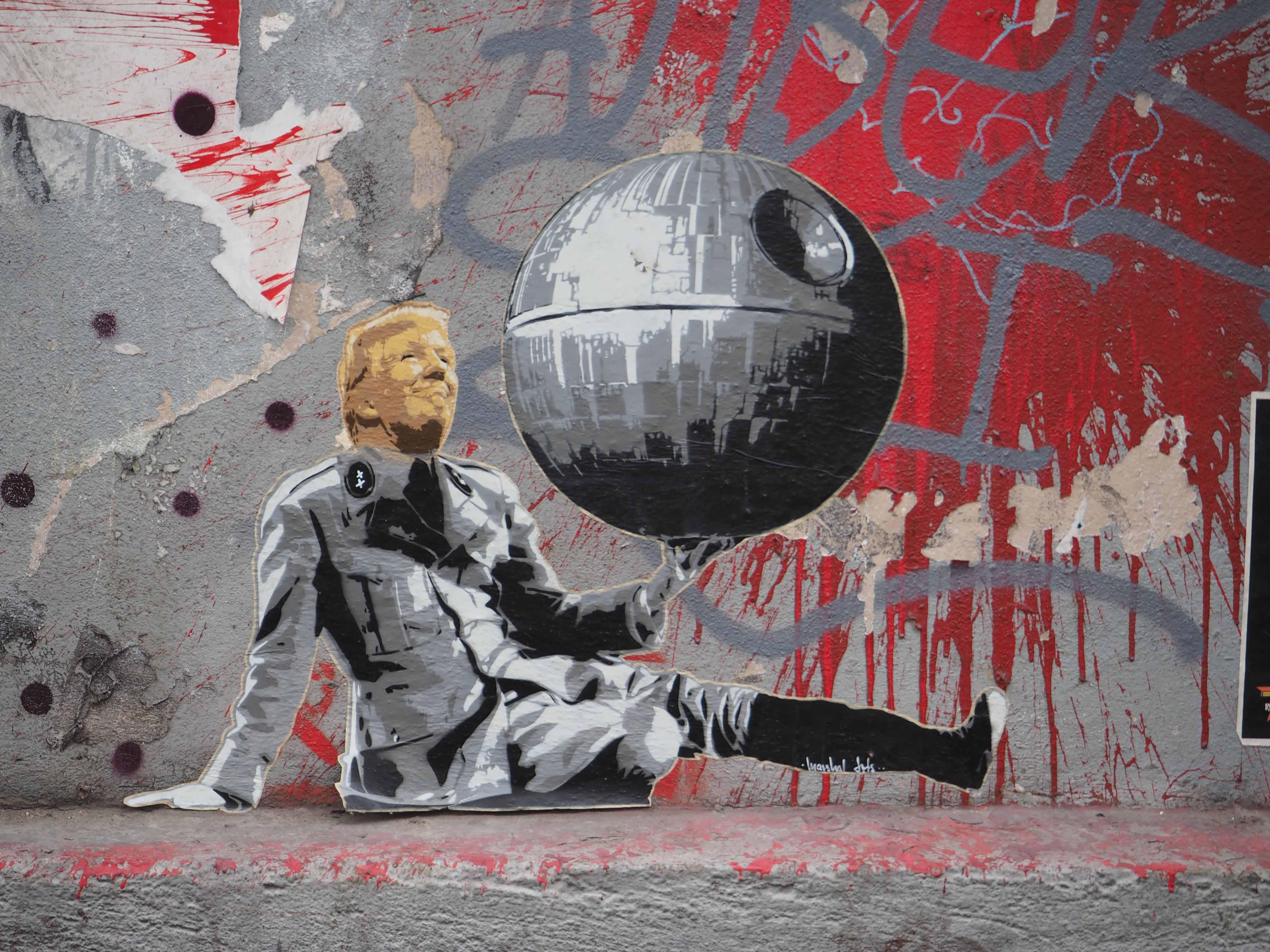 """das Paste up von Marshal Arts zeigt D. Trump der wie im """"Großen Diktator"""" mit der Weltkugel spielt"""