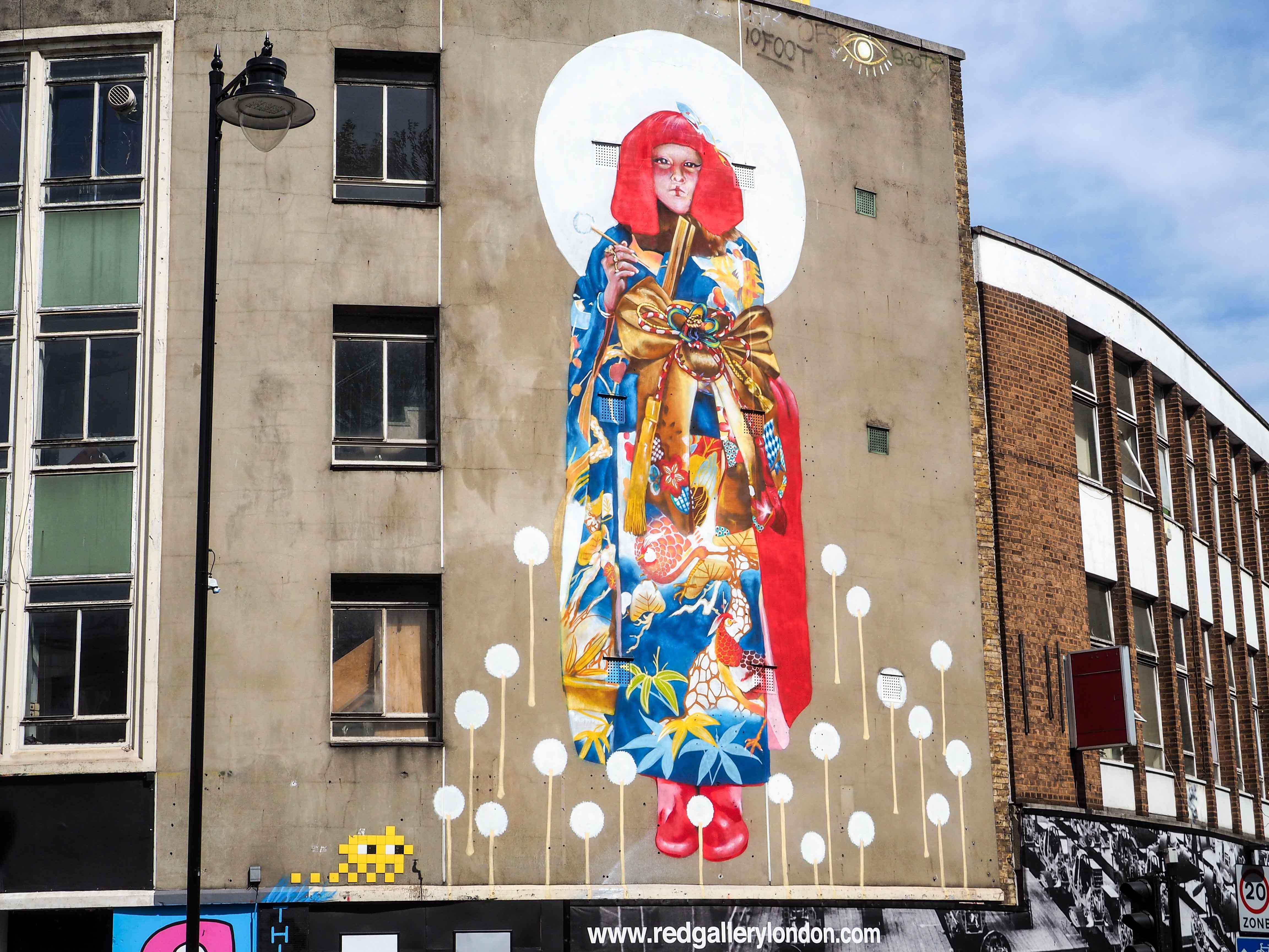 übergroßes Mural von Core und Kaes zeigt eine Asiatin