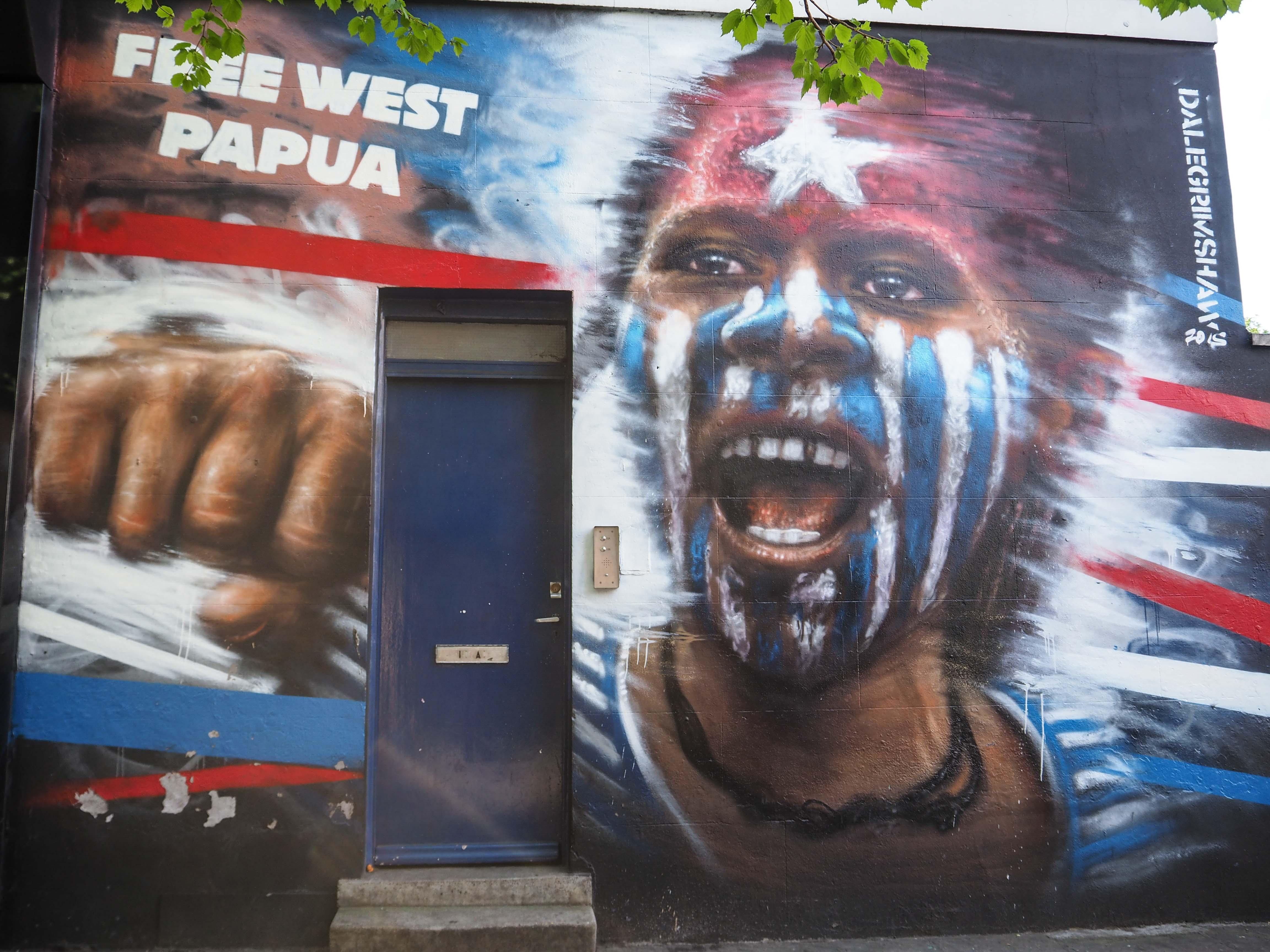 Free Papua ruft ein mit den Nationalfarben bemalter Einwohner von Dale Grimshaw in diesem Mural