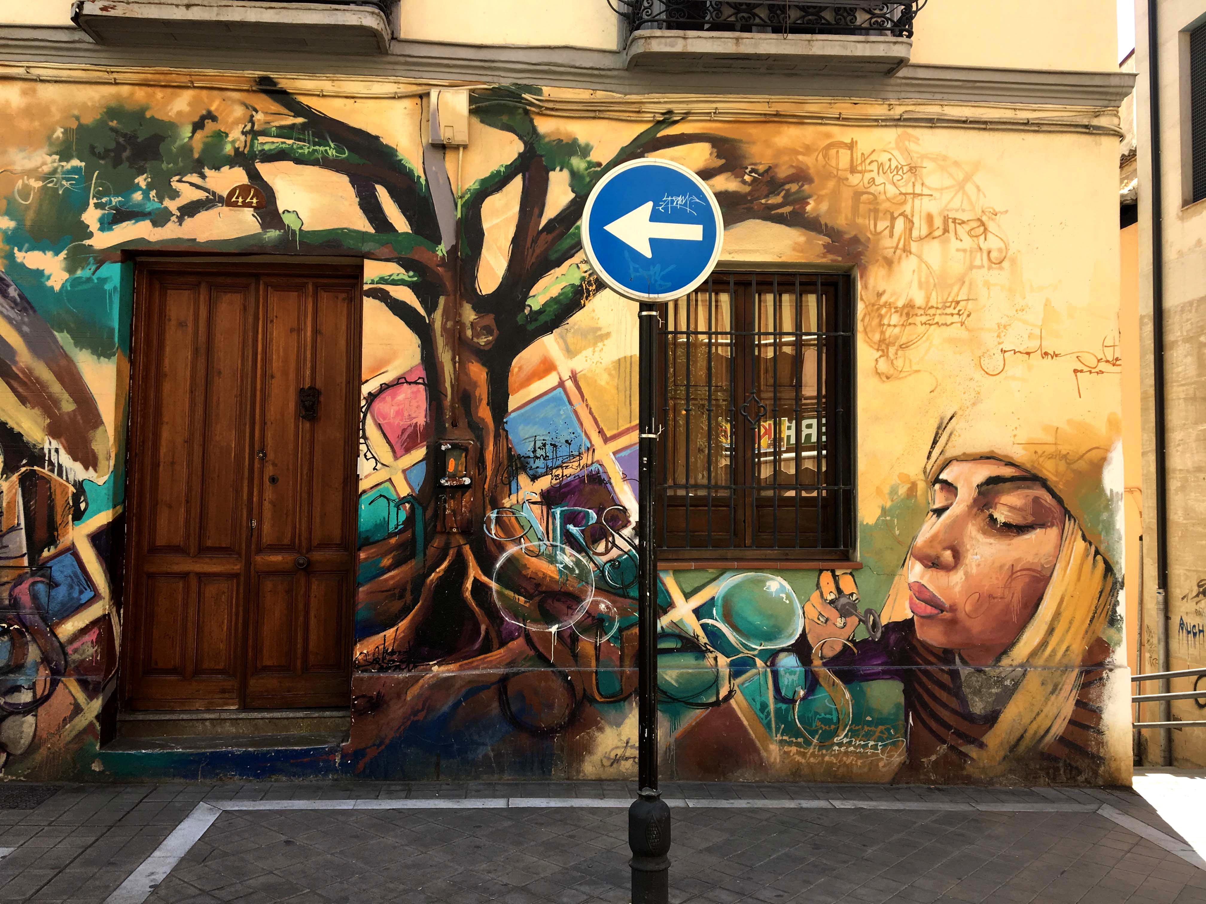 Ausschnitt aus einem Mural von El Niño de las Pinturas dass eine junge Frau mit Seifenblasen zeigt