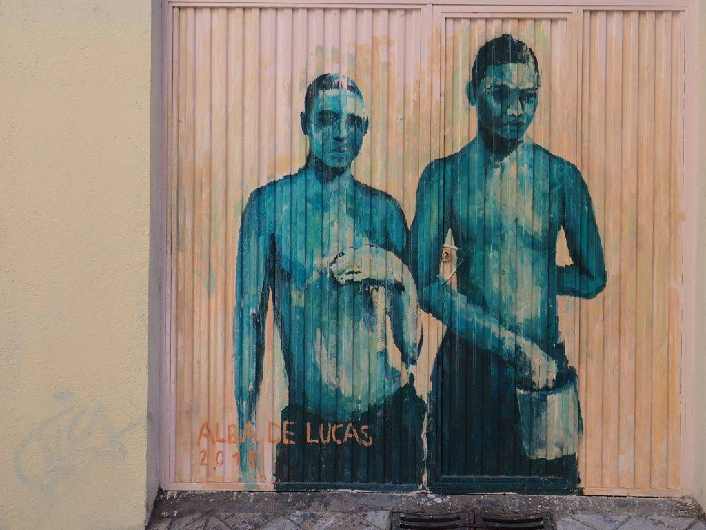 zwei junge Männer in Blau
