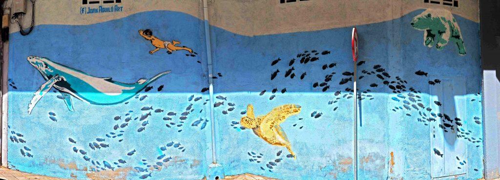 Im Meer schwimmen Wale, Menschen, Eisbären und Schildkröten
