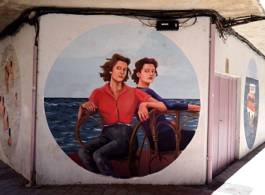 zwei Frauen sitzen auf Stühlen am Meer