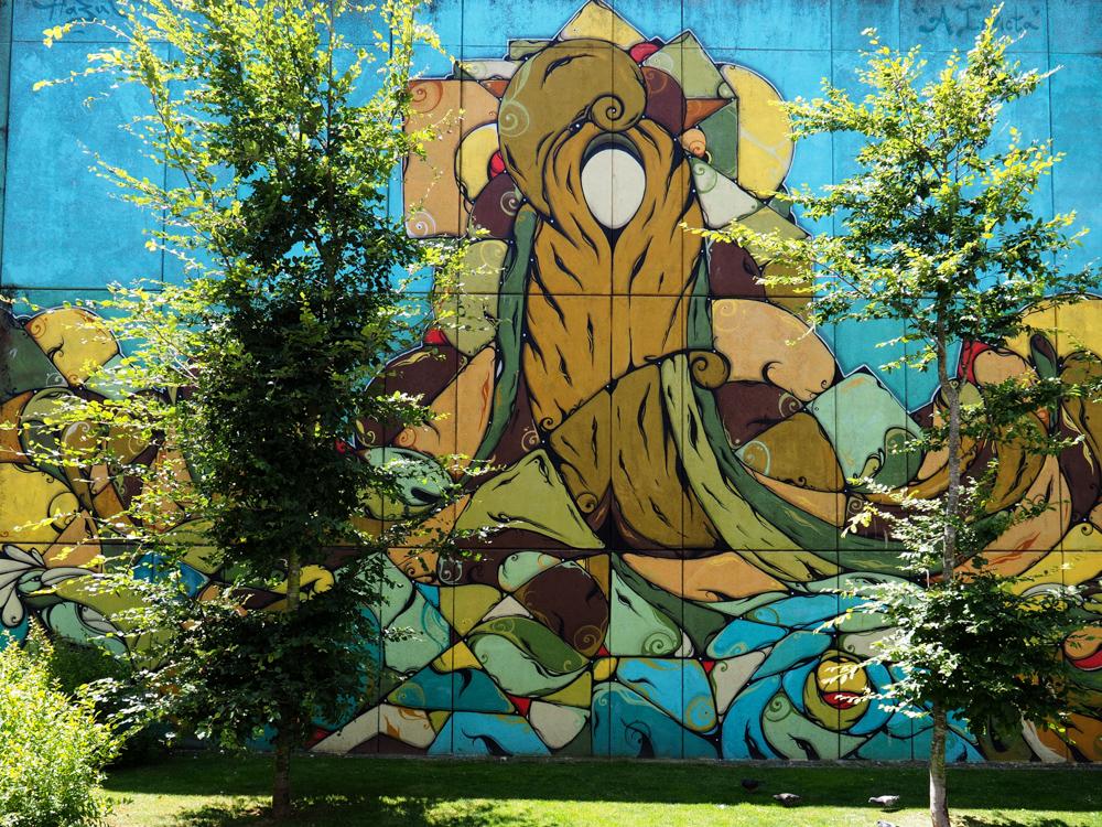 Mural hinter Bäumen