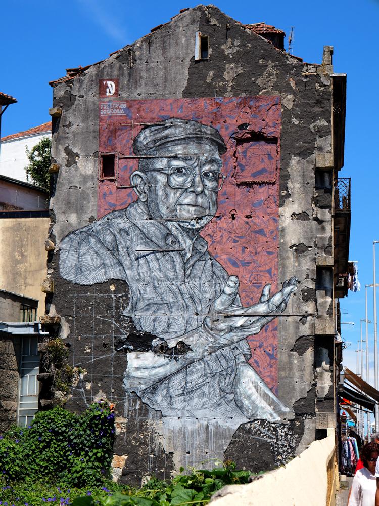 großes Mural von Draw dass einen alten Mann in schwarz/weiß zeigt