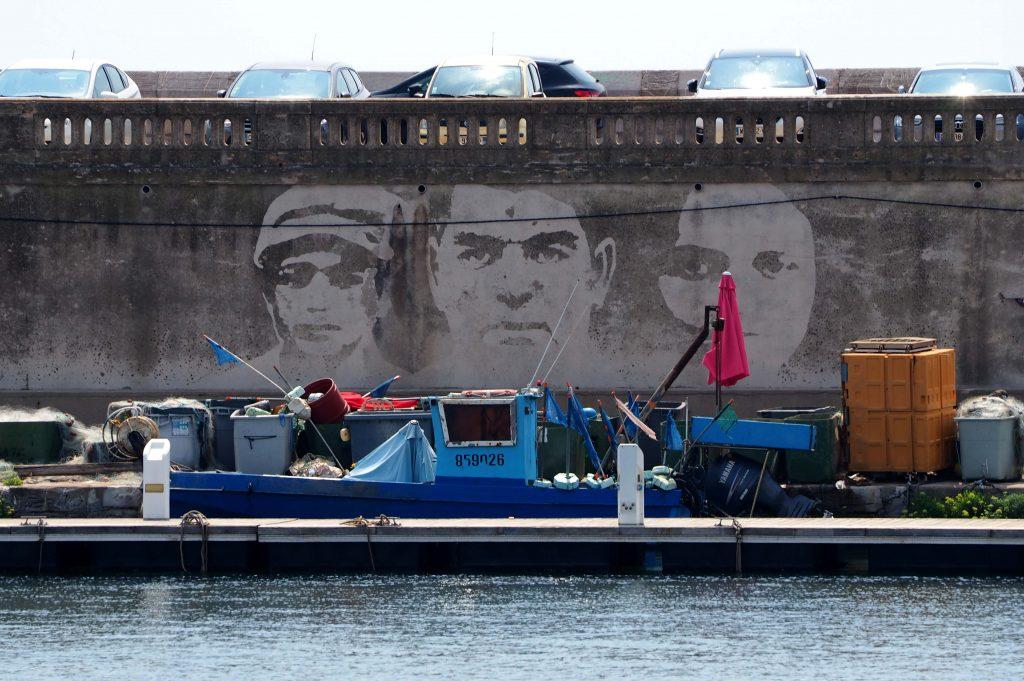 Kaimauer mit 3 Portraits