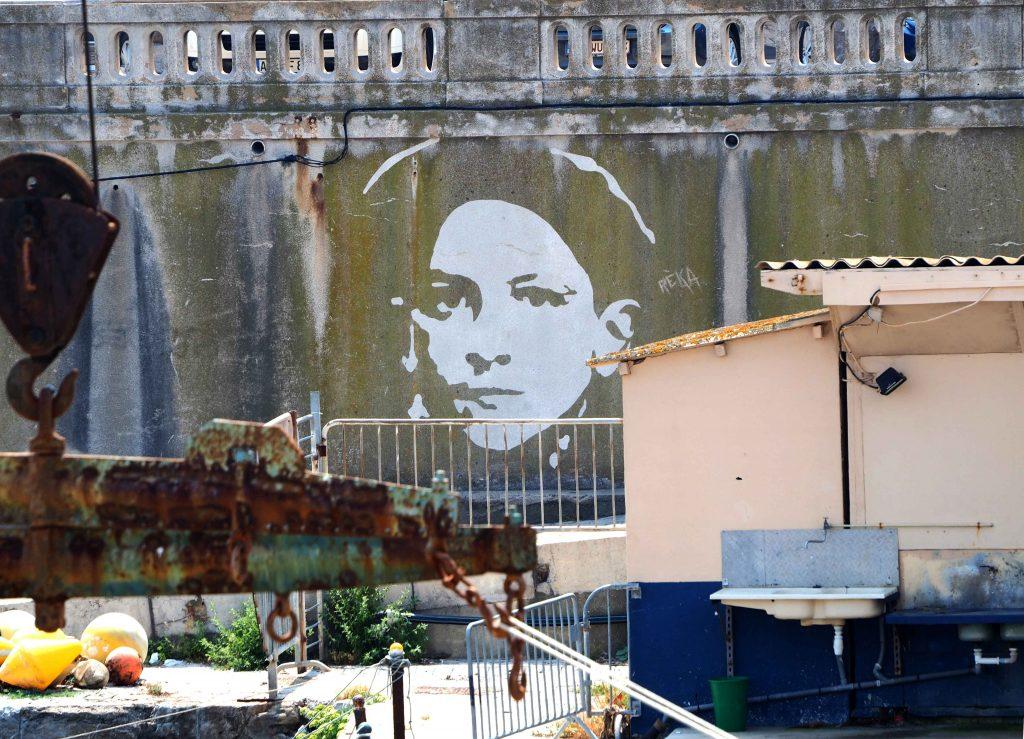 Frau an Kaimauer