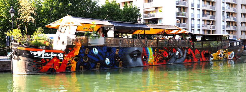 bemaltes Schiff im Kanal