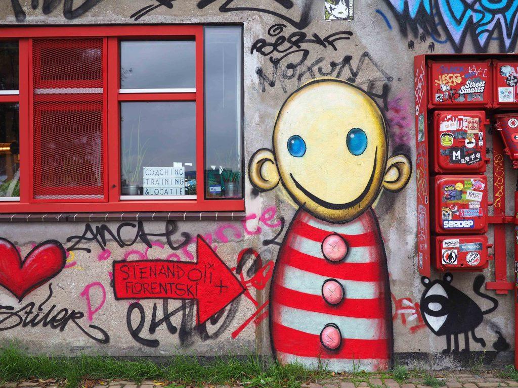 lächelnder armloser Clown