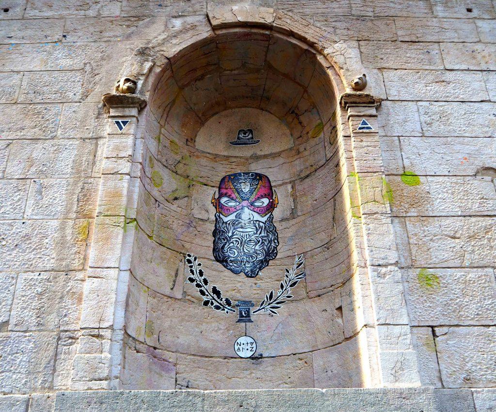 Figur auf alten Mauern