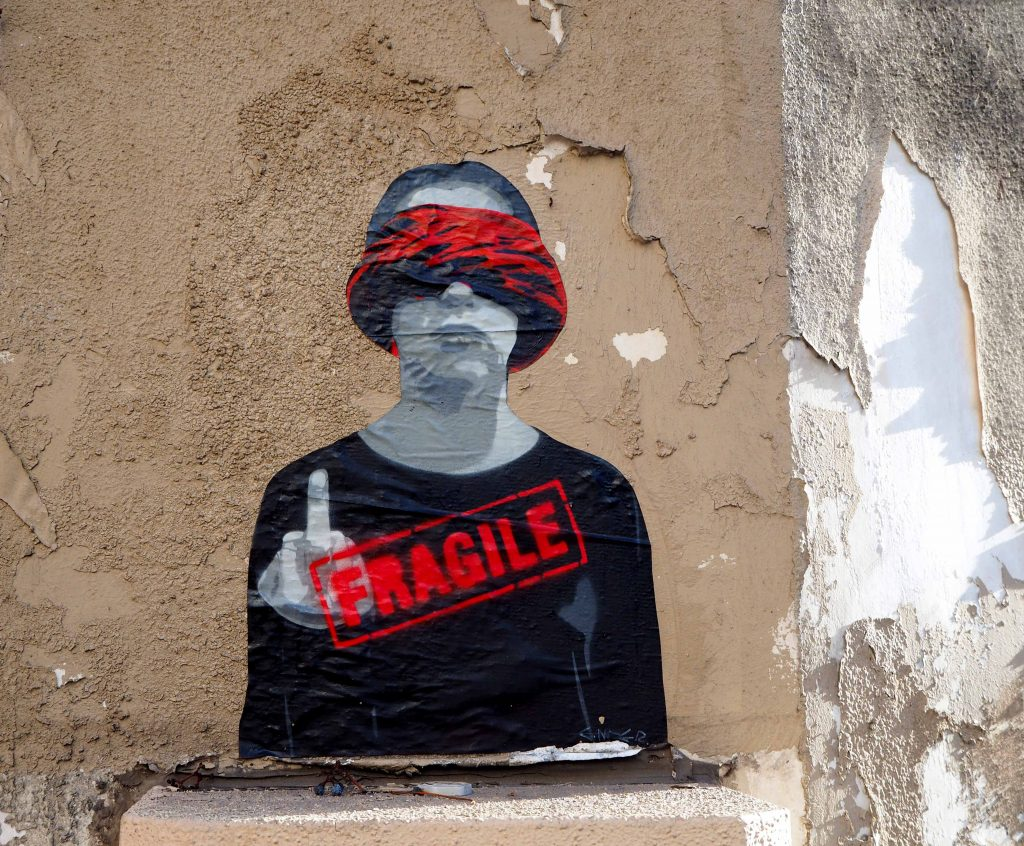 Fragile, junger Mann mit roter Augenbinde