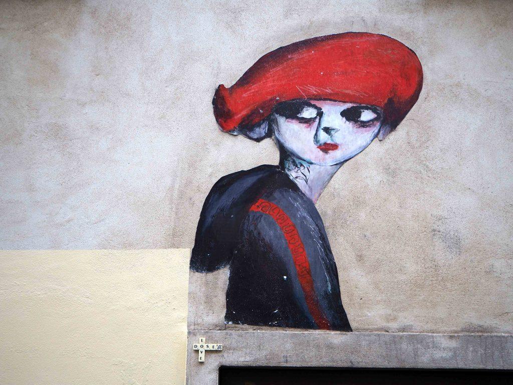 Frau mit roter Kappe