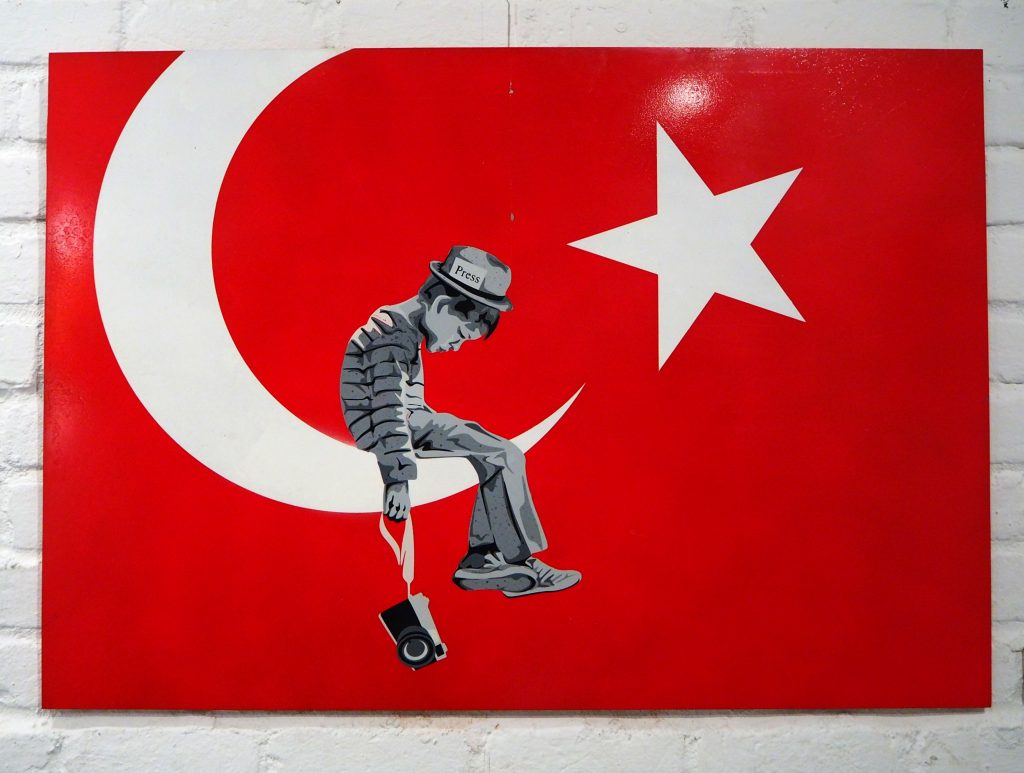 Kleiner Junge von der Presse sitzt im türkischen Halbmond
