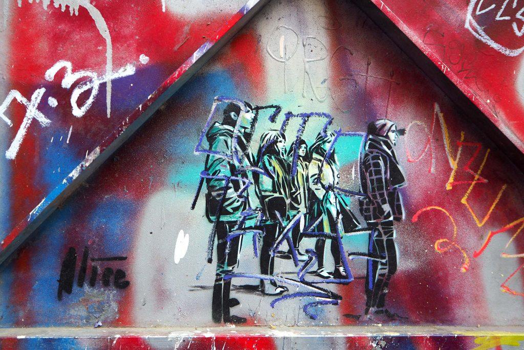übermaltes Stencil eine Gruppe Jugendlicher