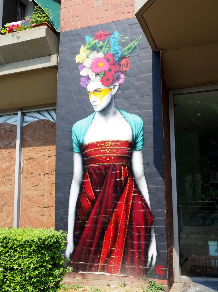 Frau mit Blumen auf dem Kopf