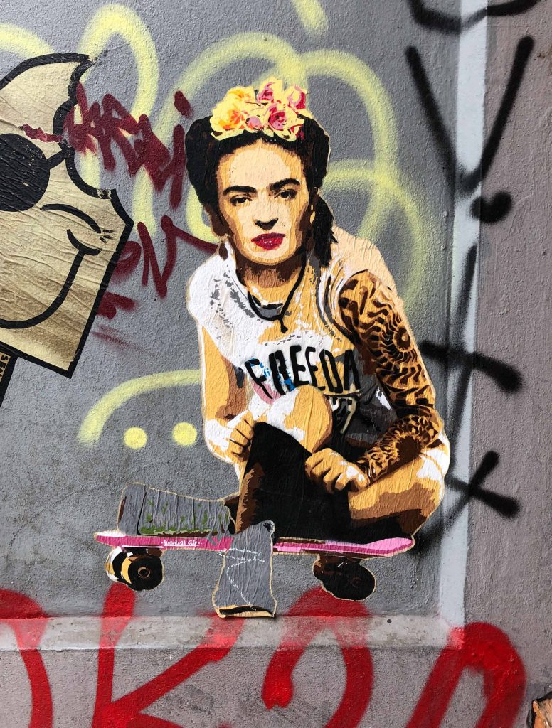 Frida Kahlo auf einem Skateboard
