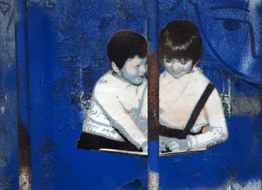 zwei Kinder betrachten ein Bilderbuch