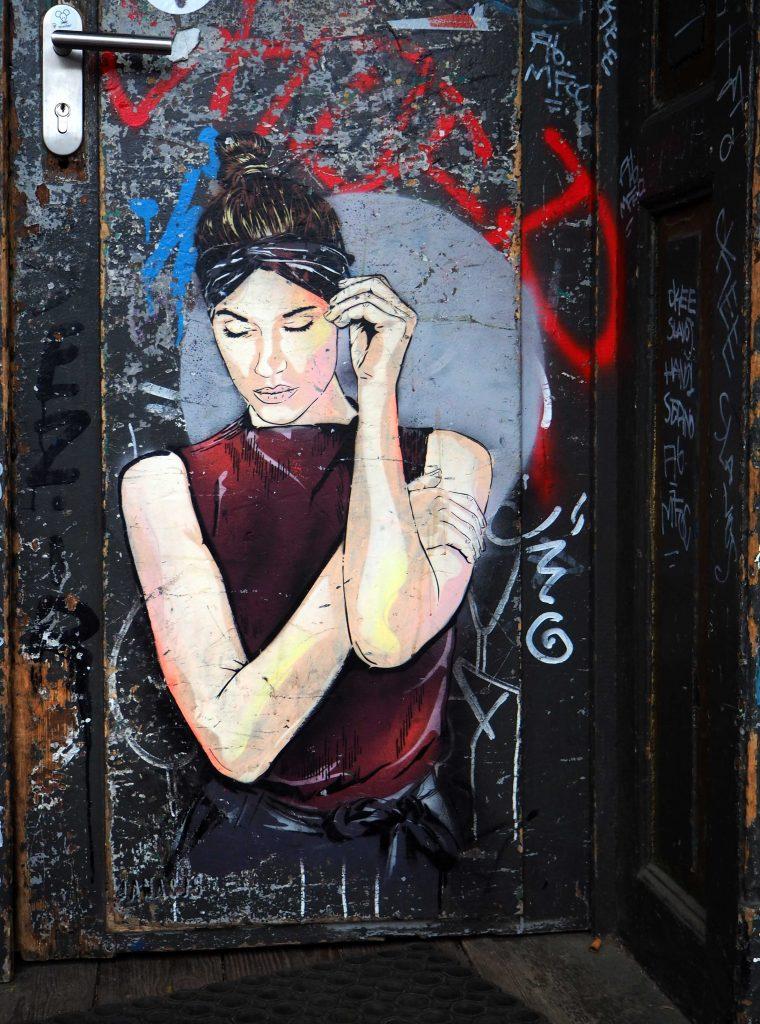 Frau mit Kopfband