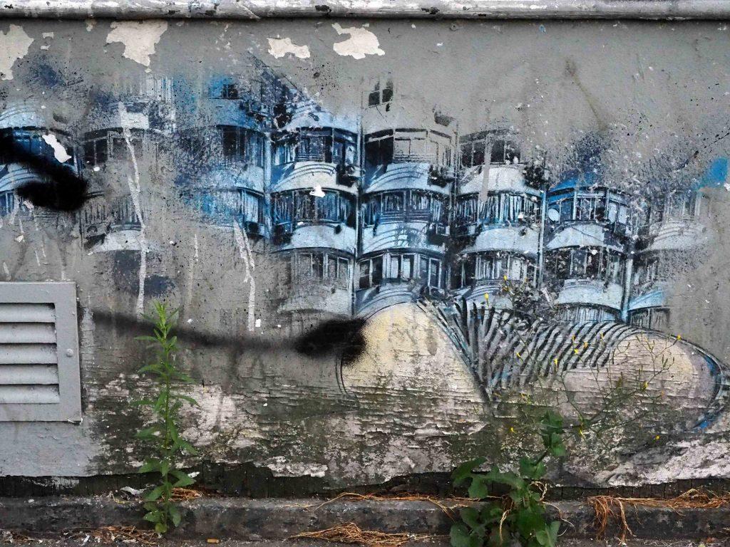 Detail: Knieende hinter Häusern