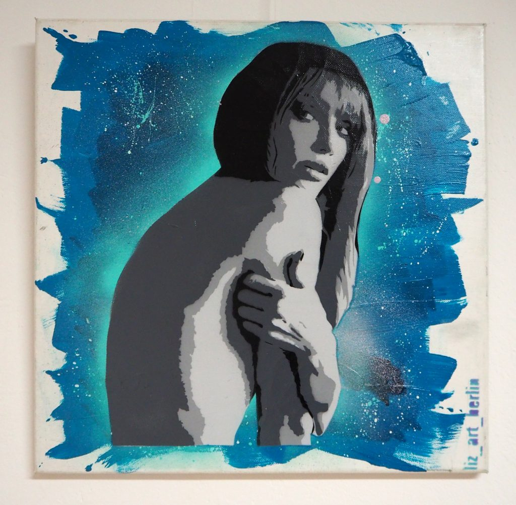 Frau vor blauem Hintergrund