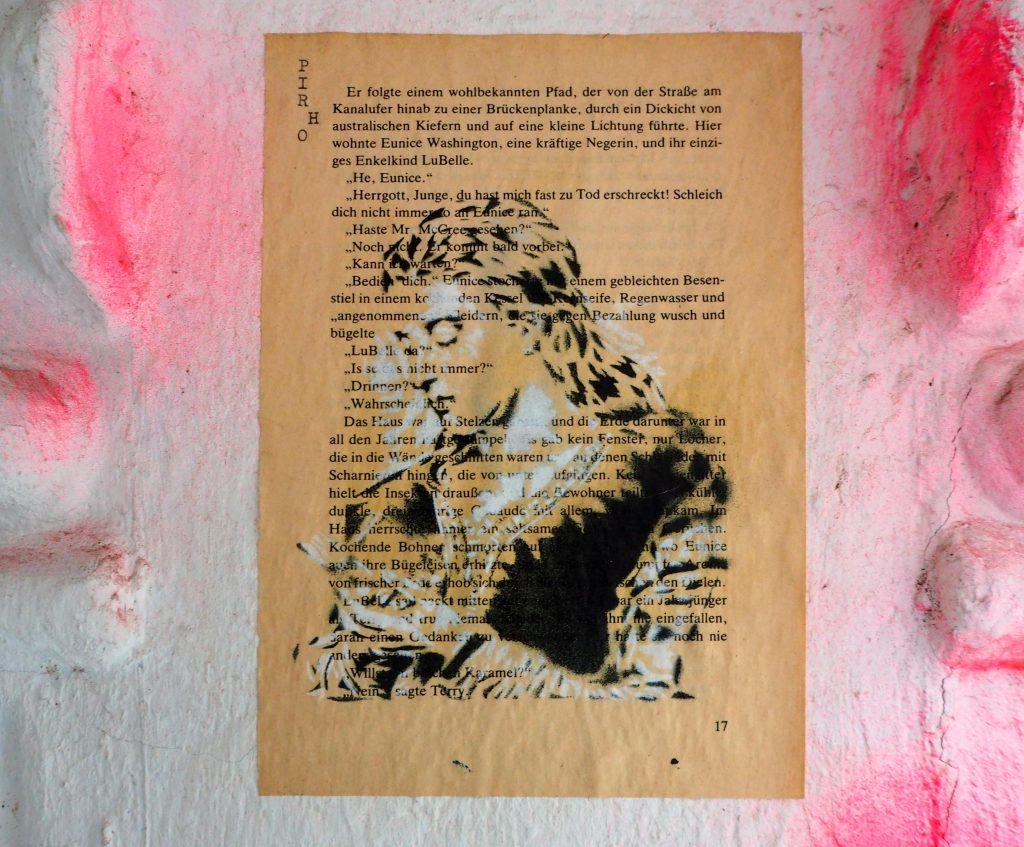 junge lesende Frau