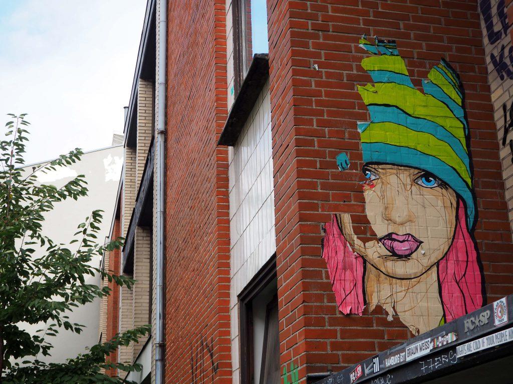 Frau mit bunter Mütze