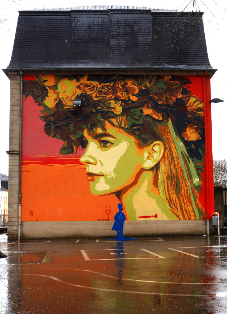Frau mit Blütenschmuck im Haar