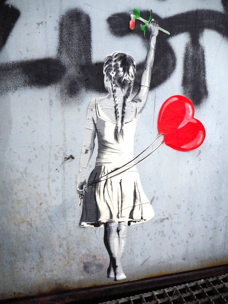 Mädchen mit Herzballon