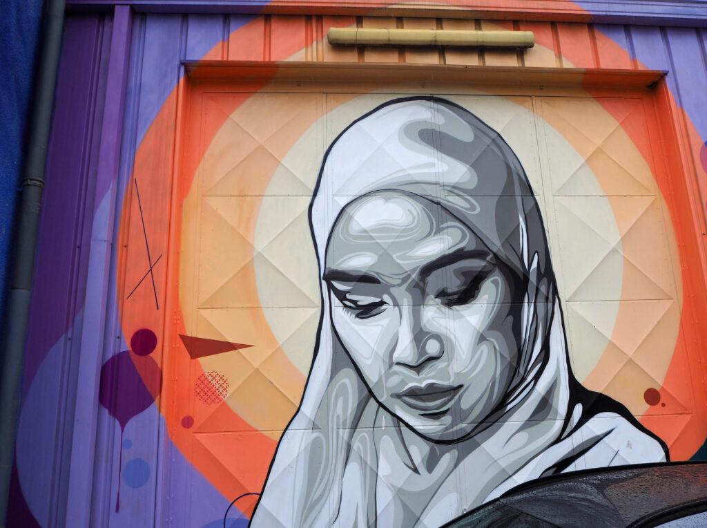 monochromes Portrait einer Frau mit Kopftuch