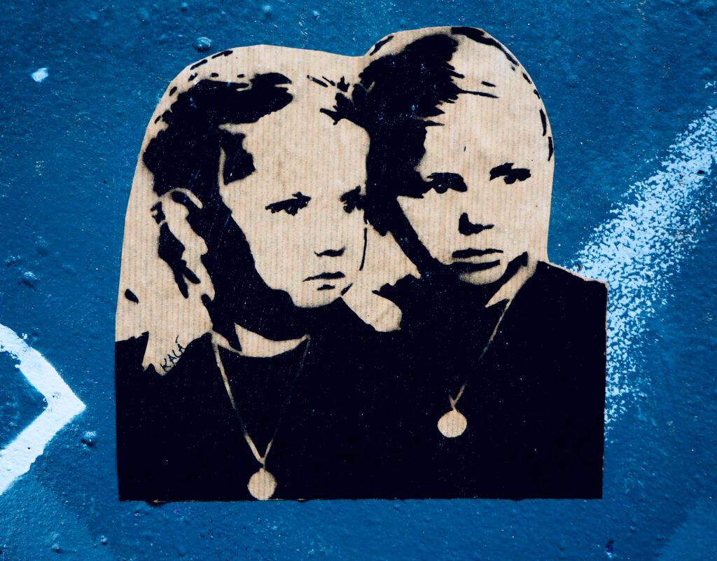 Zwei Mädchen mit Ketten