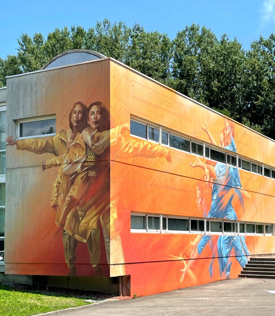 farbiges Mural auf zwei Hauswänden