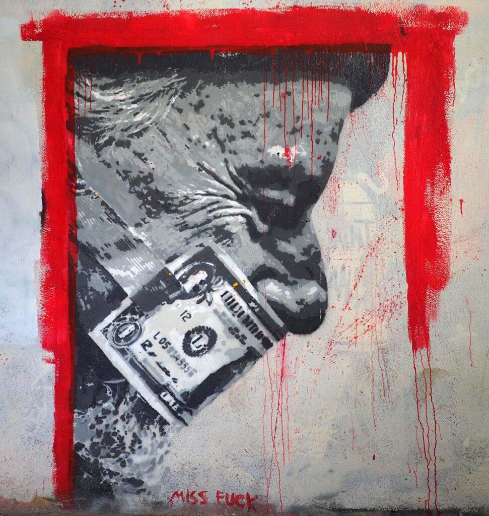 Mann mit Geldschein geknebelt