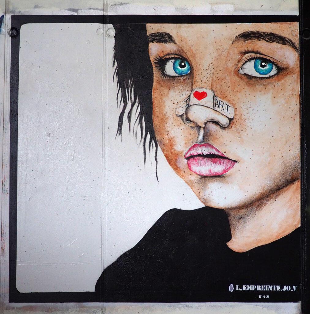 Kind mit Pflaster auf der Nase