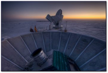 El BICEP2 (en primer plano) y el South Pole Telescope. Crédito: Steffen Richter (Harvard University)