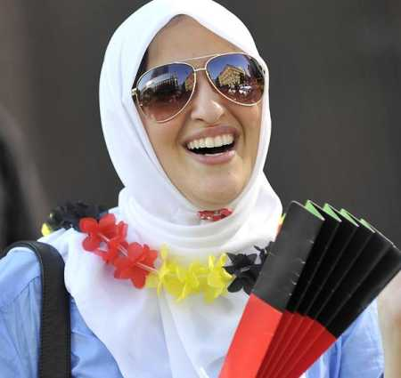 Mujer musulmana con los colores alemanes