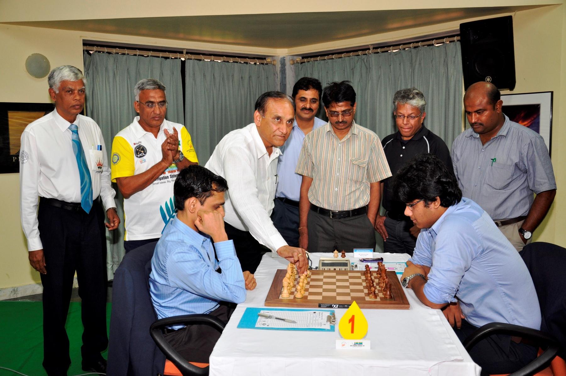 Chief guest Mr. Ramesh Jain inaugurating the seventh round game between GM K Sasikiran and IM Debashis Das. At the extreme left is chief arbiter Prof. R. Anantharam and next to him is organising secretary Faruk Shaik