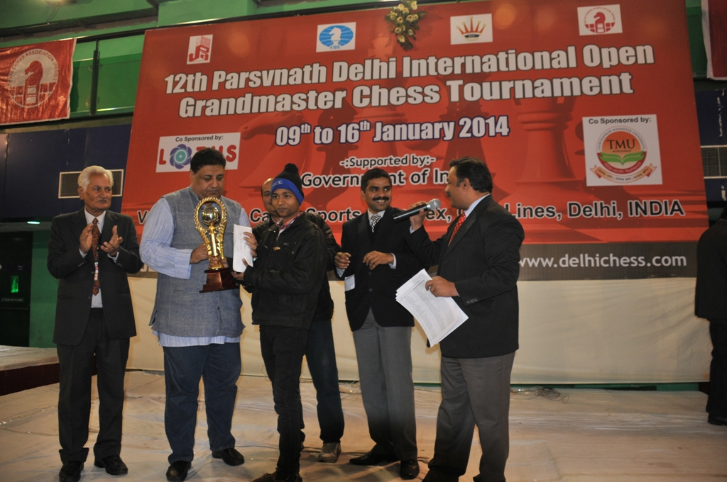 Category B Winner Vijay Kumar receiving Winner's Trophy from AICF CEO Bharat Singh