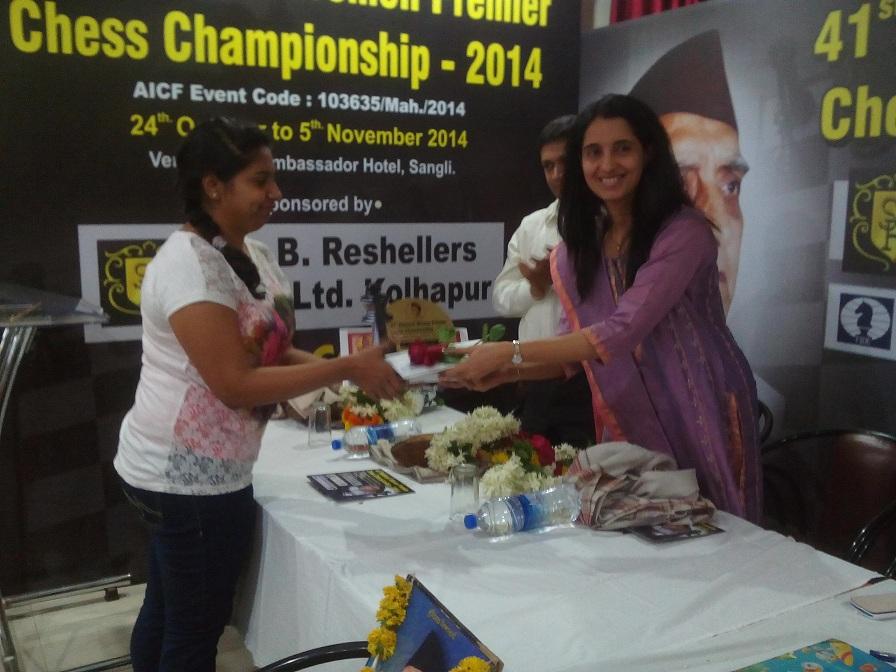 Mrs. Lakshmi Shirgaonkar( the Major Sponsor) distributes the 3rd prize to WGM Mary Ann Gomes