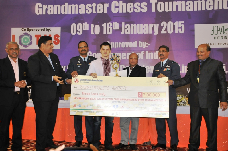 Winner GM Andrey Baryshpolets receving his trophy and winners cheque
